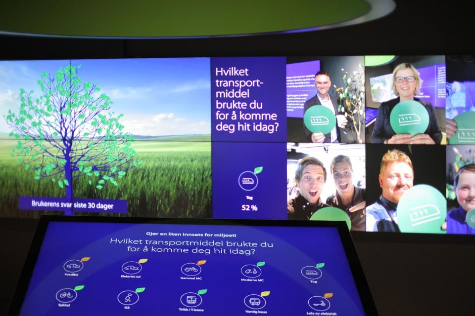 Bilde fra Bsøkssenteret med berøringsskjerm foran videovegg
