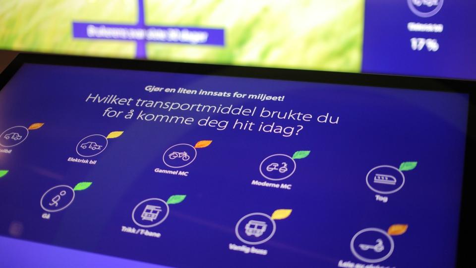 Nærbilde av berøringsskjerm der brukeren kan velge hvilket transportmiddel de har brukt